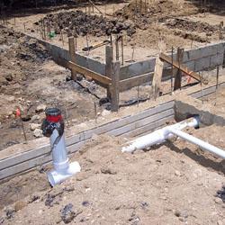 Fondations et début d'ossature d'un bâtiment