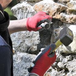 Maçon rénove mur en pierres naturelles