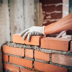Élaboration d'un mur de briques en terre cuite
